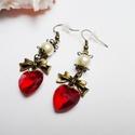 Piros szalagos szív fülbevaló, Ékszer, óra, Fülbevaló, Romantikus és elegáns fülbevaló.  Piros üveg 14mm-es szívből, beige 8mm-es tekla gyöngyökből és réz ..., Meska