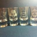 STAR WARS pálinkás üveg pohár készlet kézzel gravírozott  férfi ajándék, bögre, Mindenmás, Konyhafelszerelés, Férfiaknak, Bögre, csésze, Üvegművészet, Star Wars figurákkal, kézi gravírozott 4 db-os pálinkás pohár szett. A poharakon Darth Vader, Darth..., Meska