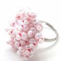 Gyepűrózsa gyűrű, Dekoráció, Esküvő, Ékszer, óra, Gyűrű, Gyöngyfűzés, A gyűrű állítható alapra készült, amire halvány rózsaszín 2 mm-es kása és 6 mm-es rózsaszín közepű ..., Meska