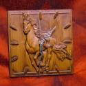 """Faragott óra \\\\\\\""""Vágtázó ló\\\\\\\"""", Otthon, lakberendezés, Dekoráció, Férfiaknak, Falióra, Mérete ~20x20cm Anyaga keményfa A szerkezet 1db AA-s (ceruza) elemmel működik. Az elem nem tartozék...., Meska"""