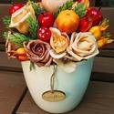 Őszi madaras asztaldísz, Dekoráció, Otthon, lakberendezés, Dísz, Kaspó, virágtartó, váza, korsó, cserép, Virágkötés, 23cm magas  asztaldíszemben az  ősz színeiben pompázó termés, virág helyet kapott. Egy fehér kerámi..., Meska