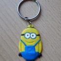 Minion kulcstartó, Mindenmás, Kulcstartó, Gyurma, Süthető gyurmából készült Minion kulcstartó - a rajongóknak! Az egész kulcstartó 6 grammot nyom, a ..., Meska