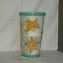 váza, Dekoráció, Otthon, lakberendezés, Kaspó, virágtartó, váza, korsó, cserép, Dísz, Decoupage, szalvétatechnika, A váza 19 cm magas és 13 cm széles. Fehér rizspapírral van bevonva,sárga rózsával dekorálva.Az alsó..., Meska