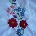 Női rövid ujjú blúz kalocsai mintával, Magyar motívumokkal, Ruha, divat, cipő, Női ruha, Blúz, Hímzés, Fehér rövid ujjú, karcsúsított blúz, melyen kézzel hímzett kalocsai virágok vannak.  A hímzés a mel..., Meska