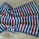 Kismatróz kötött takarója, Baba-mama-gyerek, Otthon, lakberendezés, Gyerekszoba, Falvédő, takaró,   Ez a kötött kistakaró kék-fehér-piros fonalból készült, igazi tengerész színekben. Szélén körülhor..., Meska