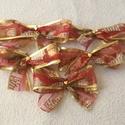 Piros-arany csillogás karácsonyi masni, Dekoráció, Otthon, lakberendezés, Ünnepi dekoráció, Karácsonyi mintával és színekben, 5 cm széles szalagból készült ez az 5 masni, középen arany szín sz..., Meska