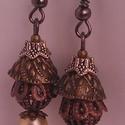 Barokk pompa extravagáns fülbevaló fém gyöngykupakokkal és teklával, Ékszer, óra, Fülbevaló, Ékszerkészítés, Igéző fülbevaló, játékosan bohém hölgyeknek.  Gyöngyház színű teklával, finoman áttört bronzgömbbel..., Meska