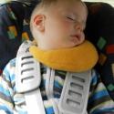 Holdacska nyakpárna gyermeknek autóban alváshoz :), Baba-mama-gyerek, Játék, Baba-mama kellék, Plüssállat, rongyjáték, Hímzés, Varrás, Pihe-puha anyagra (két oldalán) kézzel hímzett alvó holdacska nyakpárna. :) A gyermekek nagyon szere..., Meska