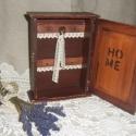 Rusztikus kulcsos- kulcsos szekrény, kulcstartó levendulával, Otthon, lakberendezés, Tárolóeszköz, Virágkötés, Varrás, Rusztikus stílusú fa szekrénykét koptatva és lakkozva készítettem. Levendula kedvelőknek!  mérete: 1..., Meska