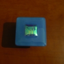 Bútorfogantyú/Bútorékszer Égszín, Bútor, Otthon, lakberendezés, Fogantyú, Üvegművészet, 5 x 5 cm méretű kemencében olvasztott üveg bútorfogantyú, fém gombon. Kék spectrum üveg egy kis dic..., Meska