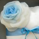 """Gyűrűpárna - """"Valami kék"""", Esküvő, Mindenmás, Otthon, lakberendezés, Gyűrűpárna, Lakástextil, Párna, Varrás, Színátmenetes rózsa díszíti az ekrü gyűrűpárnát.  A gyűrűtartó (vékonyabb) szalag kérhető kék vagy ..., Meska"""