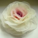 Átmenetes rózsa - bross/hajcsat, Ruha, divat, cipő, Hajbavaló, Hajcsat, Varrás, Ezt a rózsát kizárólag megrögzött romantikusoknak ajánlom! :-)  Belül rózsaszín, kívül ekrü.    Átm..., Meska