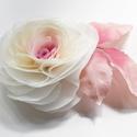 Átmenetes rózsa levéllel - bross/hajcsat, Ruha, divat, cipő, Hajbavaló, Hajcsat, Varrás, Ezt a rózsát kizárólag megrögzött romantikusoknak ajánlom! :-)  Belül rózsaszín, kívül ekrü. Rózsas..., Meska