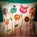 Gigush Design virágos díszpárna, Otthon, lakberendezés, Dekoráció, Lakástextil, Párna, Varrás, Festett tárgyak, Egyedi kézzel festett textilfestékkel díszített párna (tisztítani hagyományos módon lehet).  Mérete..., Meska