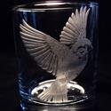 Kézi gravírozott pohár (madár), Dekoráció, Képzőművészet , Otthon, lakberendezés, Kaspó, virágtartó, váza, korsó, cserép, Üvegművészet, Kézzel gravírozott pohár 8,8 cm magas. Domború hatás. Kérésre egyéb figurákat is készítek többféle ..., Meska