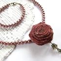 Rosé - nyaklánc és karkötő gyöngyökkel és szaténrózsával, Ékszer, óra, Karkötő, Nyaklánc, Ékszerkészítés, Varrás, Fahéjszínű üveg teklagyöngyök, és jóféle rosé borra emlékeztető szaténselyemből tekert rózsa társít..., Meska