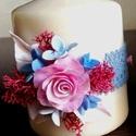 Fehér színű mini dekor - gyertya  pink rózsával  és csipkével  díszítve, Dekoráció, Otthon, lakberendezés, Gyertya, mécses, gyertyatartó, Ünnepi dekoráció, Kerámia, Virágkötés,  Mérete : 6,5 cm  magas x  5,5 cm átmérőjű   A készen vásárolt német minőségű gyertyára  saját kézz..., Meska