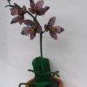 Lila orchidea cserépben, asztali dísz, Otthon, lakberendezés, Dekoráció, Kaspó, virágtartó, váza, korsó, cserép, Karácsonyi, adventi apróságok, Gyöngyfűzés, A virágot 2 mm-es lila és sötét lila, valamint zöld cseh kásagyöngyből fűztem. A virágokat egy szár..., Meska