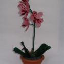 Rózsaszín orchidea cserépben, asztali dísz, Otthon, lakberendezés, Dekoráció, Kaspó, virágtartó, váza, korsó, cserép, Karácsonyi, adventi apróságok, Gyöngyfűzés, A virágot 2 mm-es rózsaszín és bordó, valamint zöld cseh kásagyöngyből fűztem. A virágokat egy szár..., Meska