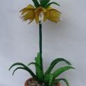 Császárkorona sárga asztal dísz, dekoráció gyöngyből, Dekoráció, Otthon, lakberendezés, Dísz, Kaspó, virágtartó, váza, korsó, cserép, Gyöngyfűzés, Ezt a kis otthoni dekorációt 9 cm átmérőjű és 6 cm magas cserépbe készítettem. A virágot 2 mm-es sá..., Meska