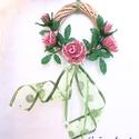 Ajtódísz gyöngyből készült virágokkal, Dekoráció, Otthon, lakberendezés, Dísz, Gyöngyfűzés, Virágkötés, 10 cm átmérőjű natúr színű vessző alapra készítettem ezt az ajtódíszt. 2 mm-es rózsaszín és zöld cs..., Meska