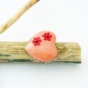 rózsaszín virágos szív alakú gyűrű - süthető gyurma polymer clay ékszer, Ékszer, óra, Gyűrű, Gyurma, Ékszerkészítés, Púderrózsaszín alapon sötét rózsaszín virágos szív alakú gyűrű, ármérője 2,5 cm. Bronz gyűrűalapon v..., Meska