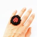 Fekete horgolt gyűrű rózsaszín gyöngyökkel, Ékszer, óra, Gyűrű, Horgolás, Ékszerkészítés, Fekete horgolt gyűrű lazac színű gyöngyökkel díszítve. Átmérője 4 cm, állítható gyűrűalapra van rög..., Meska