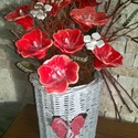 Hibiszkuszok Csokra Kerámiából, Dekoráció, Otthon, lakberendezés, Dísz, Kaspó, virágtartó, váza, korsó, cserép, Kerámia, Virágkötés, Fehér agyagból aprólékos munkával készült mázas kerámia virágok fonott kaspóban,amiben belül üveg v..., Meska