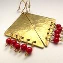 Sárgaréz háromszög fülbevaló piros korallal, Ékszer, óra, Fülbevaló, A fülbevaló sárgarézből készült, kalapálással egyedi mintát kapott. Az akasztója is sárgaréz, nikkel..., Meska