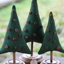 Karácsonyfa szett textilből fa talppal, Dekoráció, Dísz, Ünnepi dekoráció, Varrás, Festett tárgyak, Zöld textilből készítettem ezt a 3 db fenyőfát ,amit fa talpra húztam rá.Nagyon szép karácsonyi dek..., Meska