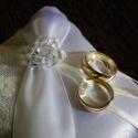 Csipkés csodaszép ekrü-fehér gyűrűpárna -új, kicsi, Dekoráció, Esküvő, Gyűrűpárna, Varrás, Gyöngyfűzés, Elegáns, hófehér szatén selyem anyagból készített, ekrü színű pamut csipkével, átlósan vastag fehér..., Meska