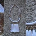 Hófehérke - nyaklánc, Ékszer, óra, Nyaklánc, Ékszerkészítés, Hófehér, fonalból készült nyaklánc, aranyszínű kiegészítőkkel és fehér selyem bolytokkal. A végzáró..., Meska