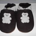 Puhatalpú bőr  cipő aranyos jegesmacis, Baba-mama-gyerek, Ruha, divat, cipő, Cipő, papucs, Bőrművesség, Varrás, Puhatalpú bőr mamusz. A lábak szabad mozgásáért!Termékem  bőrből készült.A talp barna velúrbőböl a ..., Meska