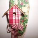 Madárházas kopgtató, bordó, Karácsonyi, adventi apróságok, Dekoráció, Karácsonyi dekoráció, Virágkötés, Különleges természetes hatású kopogtatót készítettem, bordó kockás madárházikóval.  Alapja nyárfa s..., Meska