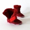 Piros bébicsizma, Baba-mama-gyerek, Ruha, divat, cipő, Gyerekruha, Baba (0-1év), Varrás, Piros, vastag, művelúr csizmácska kisbabáknak.  Anyaga puha művelúr és műszőrme. Pink ferdepánt dís..., Meska