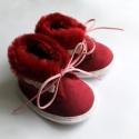 Bordó bébicipő, Baba-mama-gyerek, Ruha, divat, cipő, Gyerekruha, Baba (0-1év), Varrás, Bordó vastag, művelúr cipőcske kisbabáknak.  Anyaga kívül-belül puha művelúr. Fehér ferdepánt díszí..., Meska