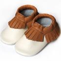 Bőr mokaszin - Törtfehér + Barna, Baba-mama-gyerek, Ruha, divat, cipő, Gyerekruha, Baba (0-1év), Varrás, Teljesen bőr babacipő, mely ideális a járni tanuló babáknak, vagy nagyobb gyermekeknek.  15-26-os m..., Meska