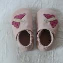 Piloo pillangós bőr cipő 10-14,5 cm  (készleten), Baba-mama-gyerek, Ruha, divat, cipő, Baba-mama kellék, Cipő, papucs, Bőrművesség, Varrás, Puha juhnappából készül ez a puhatalpú cipőcske, rózsaszín pillangós díszítéssel,egy réteg bőr talp..., Meska