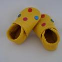 Drazsé Piloo bőrcipő, készleten, Baba-mama-gyerek, Ruha, divat, cipő, Baba-mama kellék, Cipő, papucs, Bőrművesség, Varrás, Puha bőrből készült ez a cipőcske, felső részét pöttyök díszítik.  Alapszín sárga,  pöttyök: kék, zö..., Meska