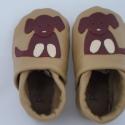 Piloo bőrcipő  kutyus mintával, Baba-mama-gyerek, Ruha, divat, cipő, Baba-mama kellék, Cipő, papucs, Bőrművesség, Varrás, Puha bőrből készült ez a cipőcske, felső részét kutyus díszíti.  Alapszín világosbarna, kutyus több ..., Meska