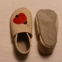 Katicás  puhatalpú bőrcipő Piloo, 16 cm, Baba-mama-gyerek, Ruha, divat, cipő, Cipő, papucs, Bőrművesség, Varrás, Puha, valódi juh- vagy marhabőrből készül ez a cipőcske.  Katica minta dísziti.  1 db készleten lév..., Meska