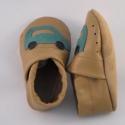 Piloo puhatalpú bőrcipő  autós mintával (készleten), Baba-mama-gyerek, Ruha, divat, cipő, Baba-mama kellék, Cipő, papucs, Bőrművesség, Varrás, Puha bőrből készült ez a cipőcske, felső részét autó díszíti.  Alapszín barna vagy sötétkék. A mint..., Meska