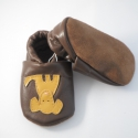 Piloo bőrcipő  kutyus mintával, készleten , Baba-mama-gyerek, Ruha, divat, cipő, Baba-mama kellék, Cipő, papucs, Bőrművesség, Varrás, Puha bőrből készült ez a cipőcske, felső részét kutyus díszíti.  Alapszín világosbarna, kutyus több..., Meska