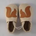 Piloo puhatalpú bőrcipő mókus mintával, Baba-mama-gyerek, Ruha, divat, cipő, Baba-mama kellék, Cipő, papucs, Bőrművesség, Varrás, Puha bőrből készült ez a cipőcske, felső részét mókus díszíti.  Alapszín vajszínű vagy szürke. A mi..., Meska
