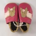 Piloo puhatalpú bőrcipő lovas mintával, Baba-mama-gyerek, Ruha, divat, cipő, Baba-mama kellék, Gyerekszoba, Bőrművesség, Varrás, Puha bőrből készült ez a cipőcske, felső részét lovas minta díszíti.  Alapszín barna és sötétrózsas..., Meska