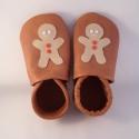 Piloo mézeskalács figurás puhatalpú cipő, Baba-mama-gyerek, Ruha, divat, cipő, Baba-mama kellék, Cipő, papucs, Bőrművesség, Varrás, Puha bőrből készült ez a cipőcske, felső részét mézeskalács figura díszíti, már a karácsonyra hango..., Meska