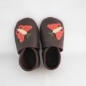 Piloo pillangós bőr cipő  (rendelhető), Baba-mama-gyerek, Ruha, divat, cipő, Baba-mama kellék, Cipő, papucs, Bőrművesség, Varrás, Puha, barna juhnappából készül ez a  cipőcske piros pillangós díszítéssel.     Az ár 15 cm-es belső..., Meska