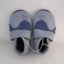 Piloo bálnás bőr cipő 13,5 cm  (készleten), Baba-mama-gyerek, Ruha, divat, cipő, Baba-mama kellék, Cipő, papucs, Bőrművesség, Varrás, Puha juhnappából készült ez a puhatalpú cipőcske,világoskék bőrből,egy réteg bőr talppal. Bálna min..., Meska