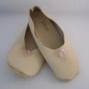 Piloo puhatalpú kislány balerina (készleten), Baba-mama-gyerek, Ruha, divat, cipő, Baba-mama kellék, Cipő, papucs, Bőrművesség, Varrás, Puha vajszínű bőrből készült ez a cipőcske, felső halványrózsaszín levél, és gyöngy. A minta piros,..., Meska