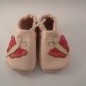 Piloo pillangós bőr cipő  (több méret készleten), Baba-mama-gyerek, Ruha, divat, cipő, Baba-mama kellék, Cipő, papucs, Bőrművesség, Varrás, Puha juhnappából készül ez a puhatalpú cipőcske, rózsaszín pillangós díszítéssel,egy réteg bőr talp..., Meska